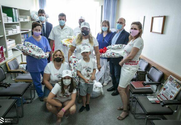 Babafészek csomagokat adományoztak Koraszülött Osztályunknak